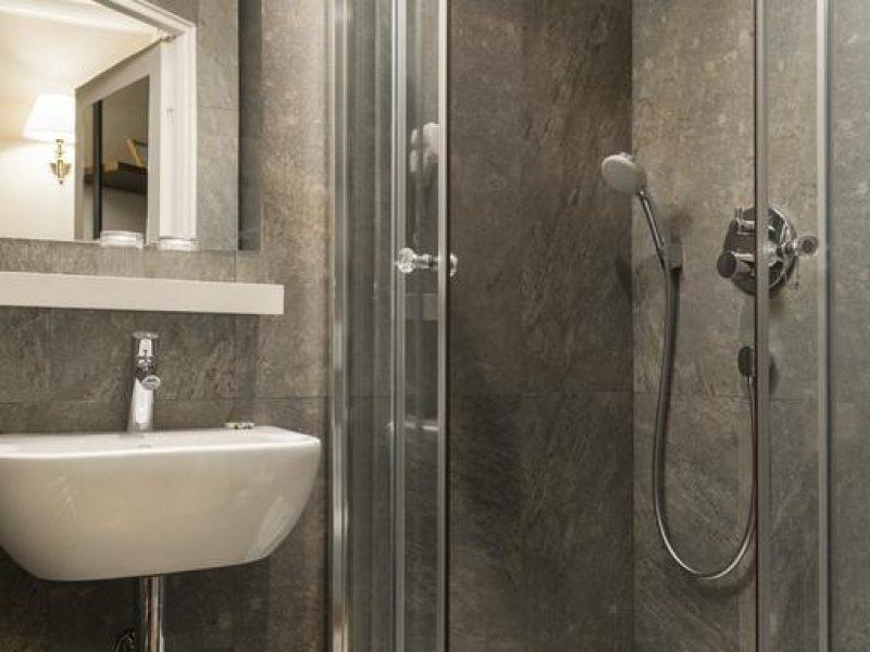 Hôtel de la porte dorée salle de douche